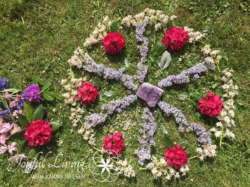 Overflods mandala med blomster og krystaller