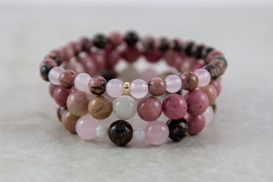 Stak med 5 stk armbånd i rosa og gyldne farver