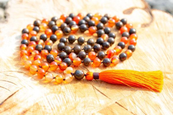 Mala halskæde med karneol og bronzit