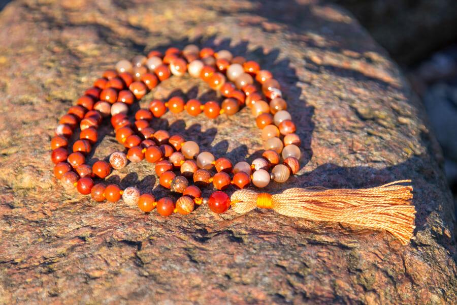 Mala meditationskæde med rød jasper og karneol