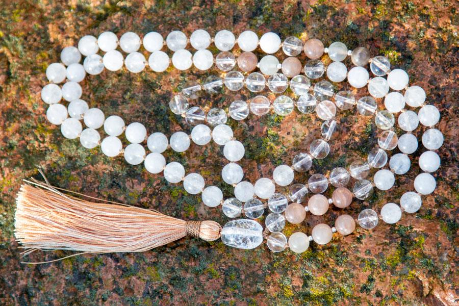 Yogasmykke med hvid jade, månesten og bjergkrystal