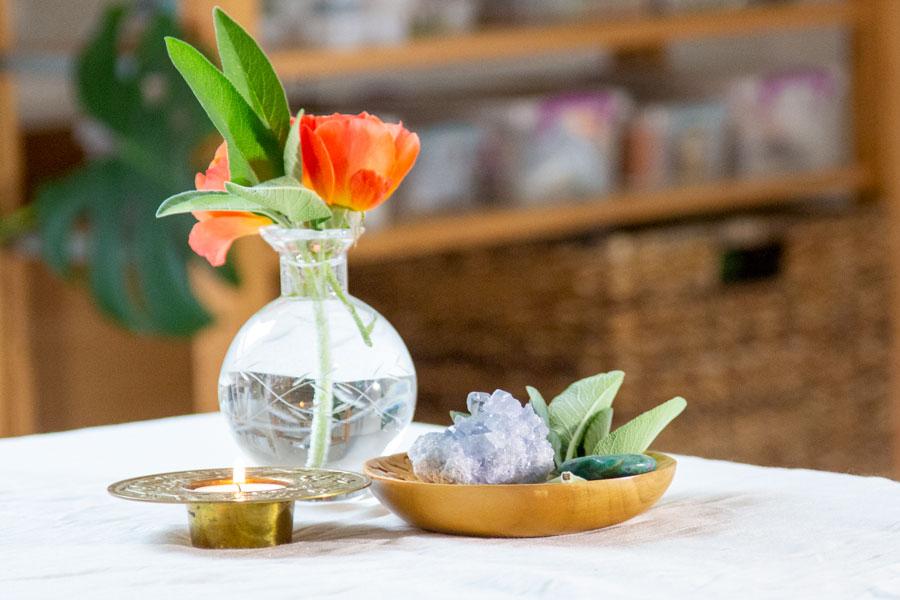 Et bevidst fredfyldt og helligt sted i dit hjem er mini space clearing