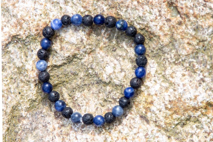Blå sodalit og lava armbånd